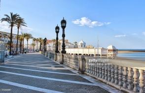 Promenade et vue sur la plage de la Caleta à Cadix